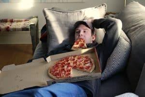 pizza eten op de bank