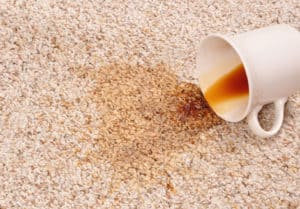 koffievlek op tapijt
