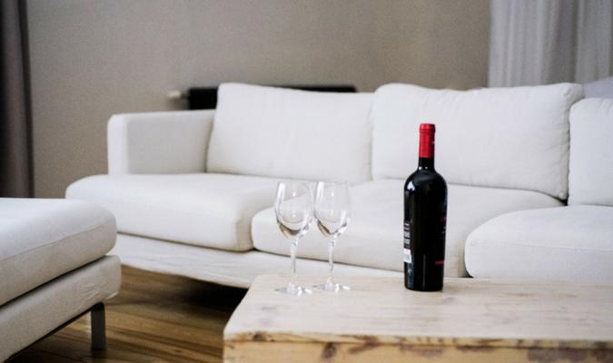 rode wijn van meubelstof halen